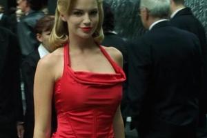 Piroska és a vörös ruhás nő