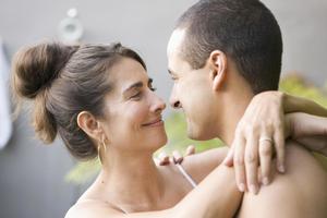 Miért vonzódnak egyes érett nők fiatalabb férfiakhoz?